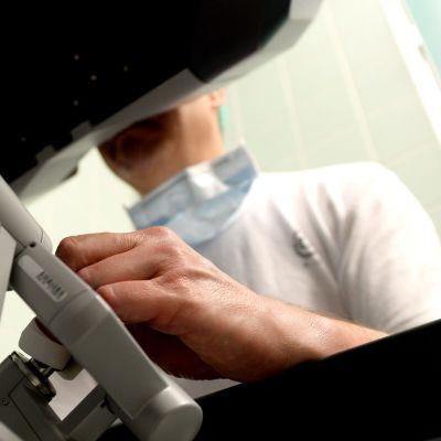 Kirurg avlägsnar metastaser i sköldkörteloperation, assisterad av robot