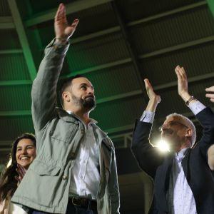 Ledaren för Vox Santiago Abascal vinkar med handen åt väljare.