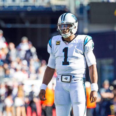 Cam Newton står på planen.