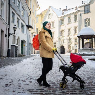 Nadia Zeliankova työntää lastenvaunuja Tallinnan vanhassakaupungissa.