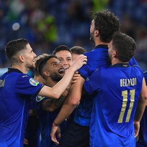 Italien firar 1–0-målet mot Schweiz.