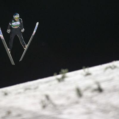 Antti Aalto hyppää