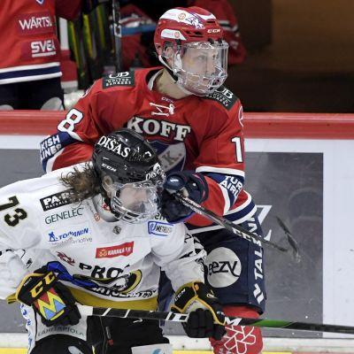 Kärppien Libor Sulak (vas.) ja HIFK:n Teemu Tallberg