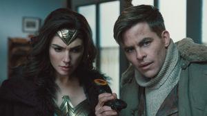Diana och Steve håller upp en telefonlur.