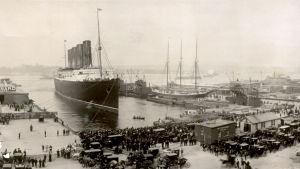 RMS Lucitania anländer till New York 1907.