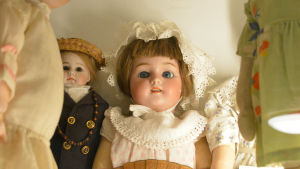 Två dockor stirrar.
