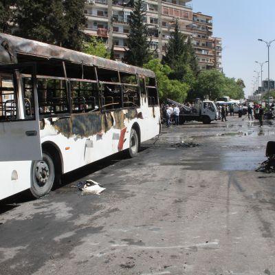 Stadsdelen Mezzeh har ofta utsatts för terrorbombningar under krigets gång. Det militära flygfältet ligger i Damaskus sydvästra utkanter