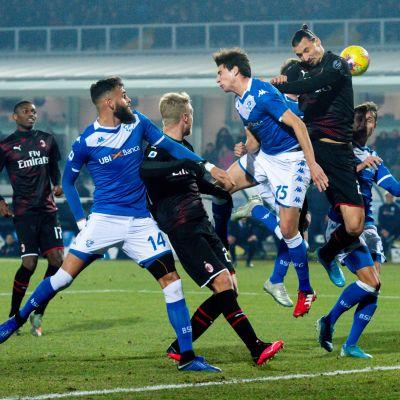 AC Milan försöker göra mål på en hörna.