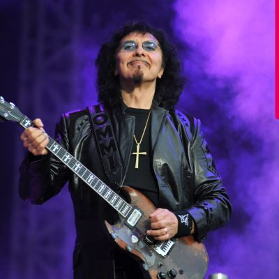 Tony Iommi ler och spelar elgitarr.