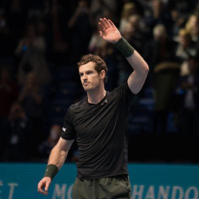 Andy Murray vinkar åt publiken.