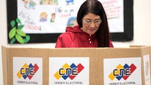 President Nicolas Maduros fru Cilia Floers röstar i valet om sammansättningen av en grundlagsförsamling.