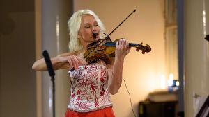 Linda Lampenius på fiol under Lucias kröning 2017.