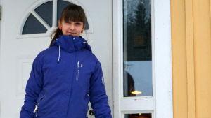 Eva Ramstedt utanför sitt hus