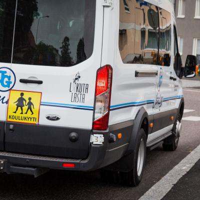 Bil som transporterar skolelever