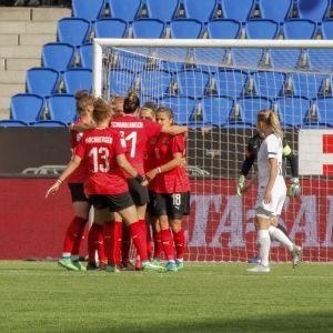 Österrike firar mål, finländska spelare deppar