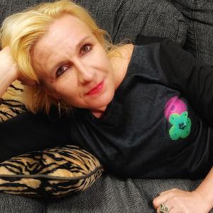 Salla Nazarenko loikoilee sohvalla