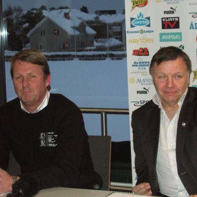 EIF-managern Peter Haglund och MIFK:s ordförande Robert Söderdahl undertecknade farmavtalet på måndagen.