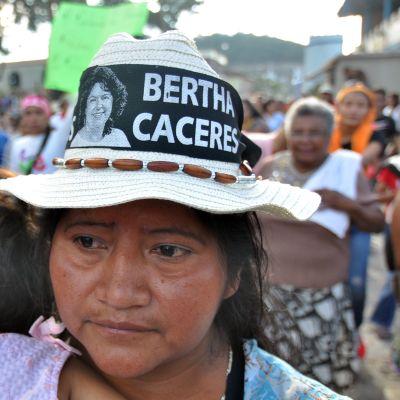 Paikalliset ihmiset osoittivat mieltään Berta Cáceresin murhan jälkeisenä päivänä.