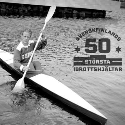 Thorvald Strömberg sitter i sin kanot 1952. Logon för Svenskfinlands 50 största idrottshjältar.