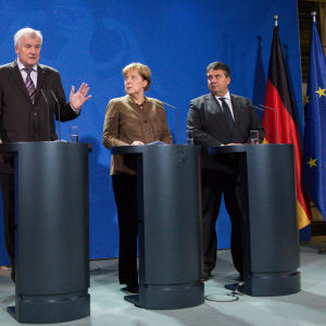 CSU-ledaren och premiärministern i Bayern Horst Seehofer, CDU-ledaren förbundskansler Angela Merkel och SPD-ledaren ekonomiminister Sigmar Gabriel uttalar sig inför ett möte den 5 november 2015 om tysk flyktingpolitik.