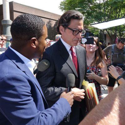 Mathew Rosengart omgiven av journalister och Britneyfans utanför domstolen i Los Angeles 14.7.2021.