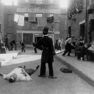 Charles Chaplin (selin) elokuvassa Hiljainen katu (Easy Street, 1917)