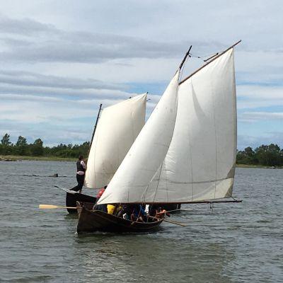 Båtarna från Postrodden 2019 kommer i land i Björkö.