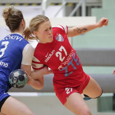 Johanna Hilli kämpar sig förbi Dicken-spelare.