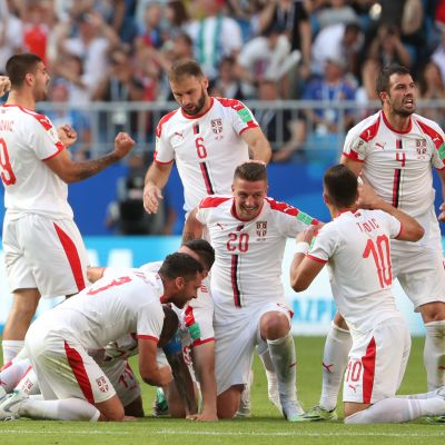 Serbian pelaajat juhlivat maalia.