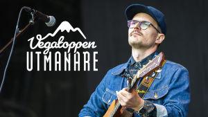 Petter Näse med akustisk gitarr.