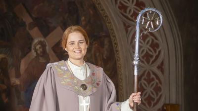 En kvinna iklädd liturgisk dräkt.
