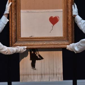 Banksys verk Balloon Girl, eller Love is in the Bin som den senare har omnämnts som, visas upp på Sotheby's i London.