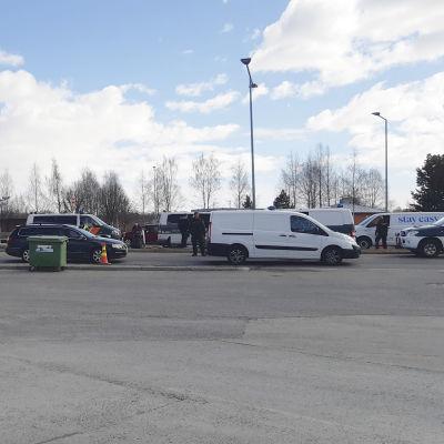 Autoja jonottamassa Ruotsin ja Suomen rajalla Tornion rajanylityspaikalla.