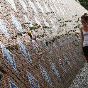 Namn på tsunamioffer på en minnesvägg i Baan Nam Khem i Phang Nga i Thailand.