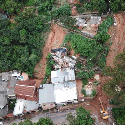 Bild tagen uppifrån av ett jordskred som rasat ner mot några hus i Belo Horizonte.