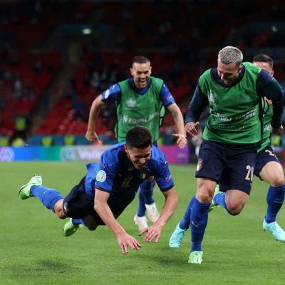 Matteo Pessina sukeltaa tuulettaakseen Italian maalia.