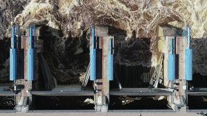 Valajaskosken voimalaitoksen tulvaluukut droonikuvassa.