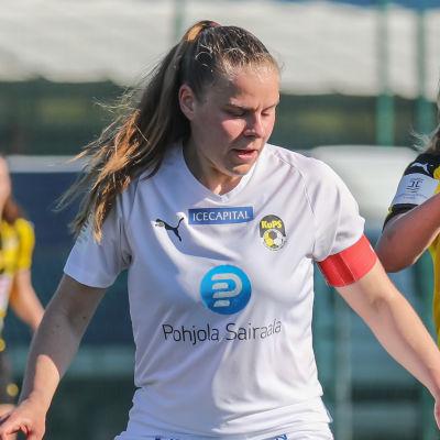 Aino Kröger försöker nå bollen.