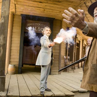 Christoph Waltz rollkaraktärer skjuter en man i filmen Django Unchained.