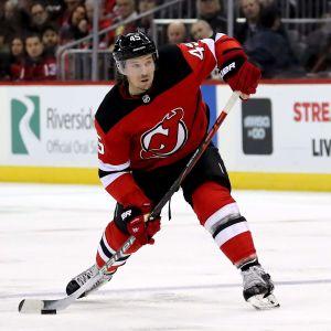 Sami Vatanen laddar för ett skott i en NHL-match.