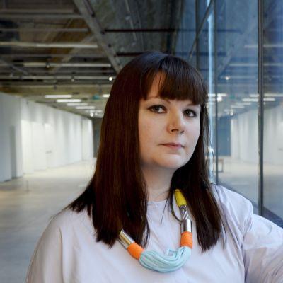 Camilla Vuorenmaa får Finlands konstakademis pris.