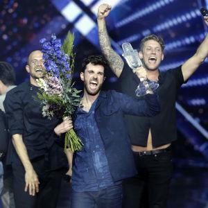 Duncan glädjs åt sin och Nederländernas seger med blommor och glaspokalen i händerna.