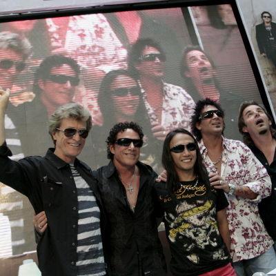 Rockgruppen Journey poserar.