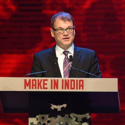 """Statsminister Juha Sipilä håller tal under öppningsceremonin till företagsmässan """"Make in India Week"""" den 13 februari 2016."""
