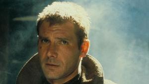 Rick Deckard (Harrison Ford) i närbild då han ser bekymrad ut.
