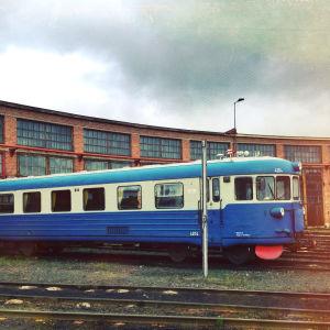 Mennyttä aikaa Oulun ratapihalla; juna ratapihalla
