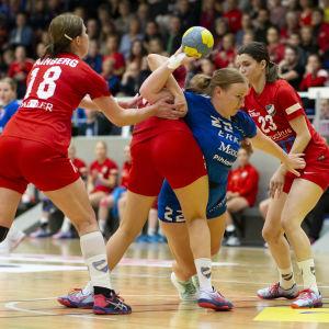 Dickens Jessica Gammals kämpar mot HIFK-spelarna i handbollsfinal 3 våren 2019.