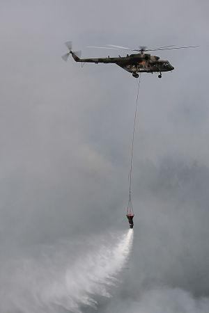 Helikopteri sammuttaa Siperian metsäpaloja