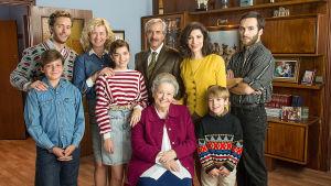Francon jälkeen - Alcantaran perhe -ohjelman hahmot yhteiskuvassa olohuoneessa.