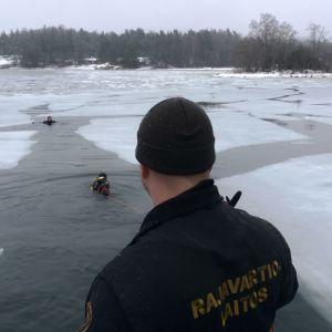 Sjöbevakarna övar på vakräddning.